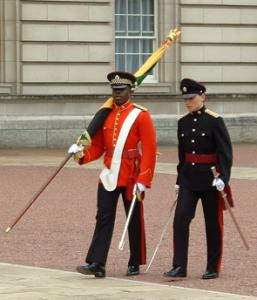 Militärpersonal gehend